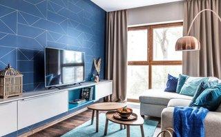 Perete albastru si mobilier si accesorii crem
