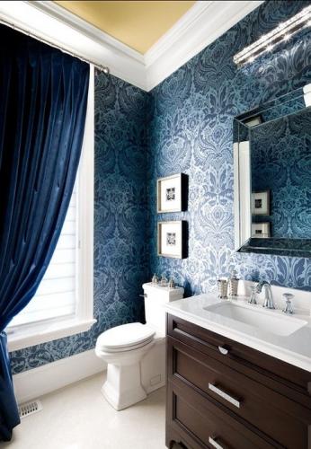 Tapet in baie albastru cu imprimeu floral alb