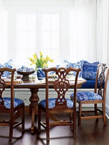 Tapiterie albastru cobalt cu motive albe pentru scaune din lemn masiv