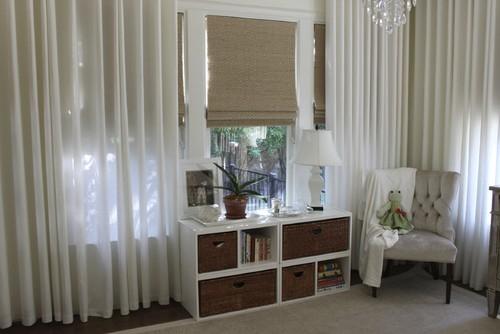 Camera pentru bebelus mobilata clasic cu perdele albe transparente din voal si draperii romane