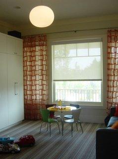 Camera pentru copii cu rolete textile translucide si draperii cu model geometric