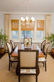 Dinning clasic cu masa de 6 persoane si jaluzele din paie asortate cu draperii crem