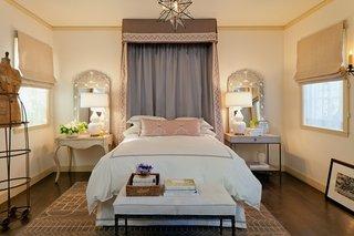 Dormitor amenajat in stil mediteranean cu draperii romane cu perdea mata cu cornisa decorativa