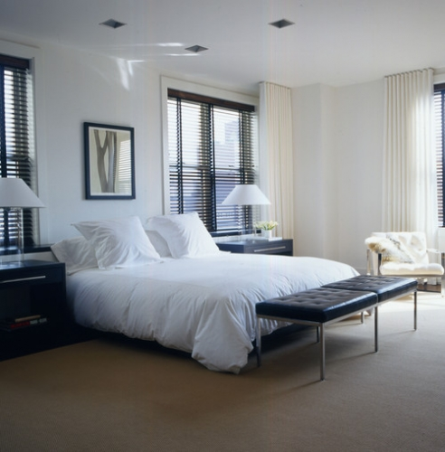 Dormitor mobilat simplu in alb si maro inchis cu jaluzele venetiene wenge si draperii fixe