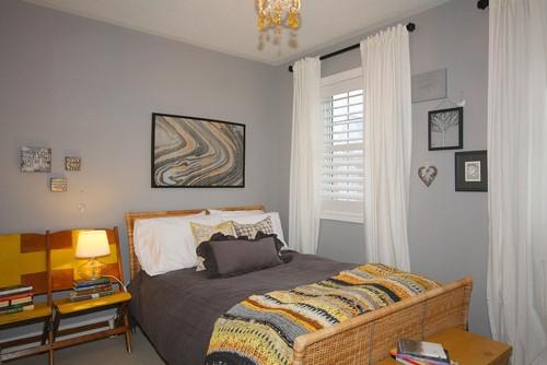 Dormitor zugravit cu gri si jaluzele asortate cu perdele albe