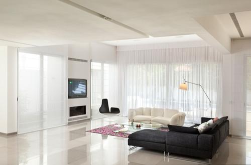 Living mobilat modern in stil minimalist cu perdele albe din voal cu cornisa decorativa