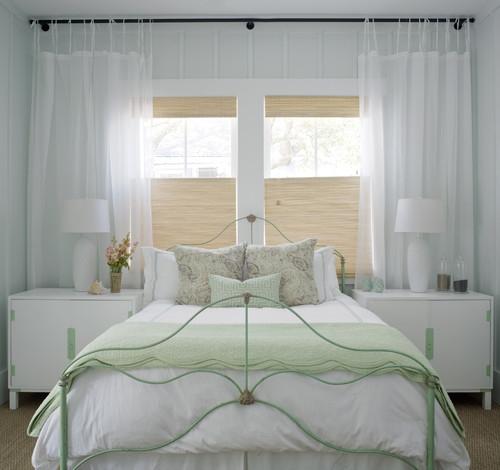 Mobila alba pentru un dormitor mic cu jaluzele partiale din paie si perdele albe din voal transparen