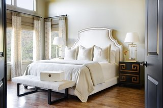 Pat matrimonial cu tablie inalta tapitata in dormitor cu perdele in doua culori si jaluzele din lemn