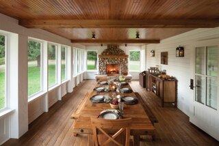 Amenajare interiioara veranda cu lemn si piatra
