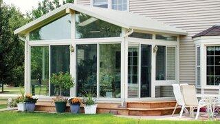 Veranda cu acoperis si rama alba