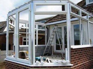 Veranda cu peretii ridicati si ferestrele termopan montate