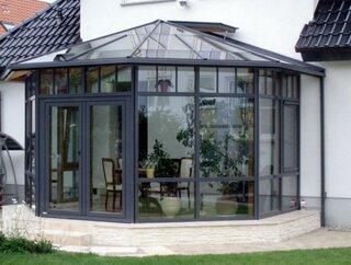 Veranda lipita de casa cu acoperis din sticla gura de ventilatie