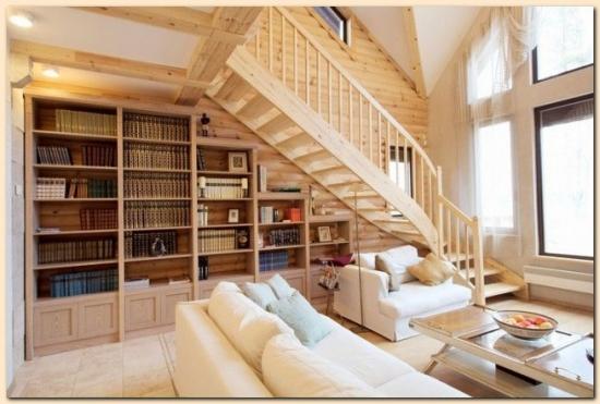 Birou amenajat intr-o casa construita din lemn