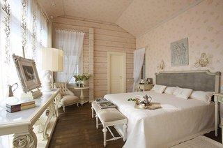 Dormitor intr-o casa construita pe lemn