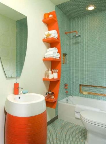 Baie cu gresie si faianta turcoaz si rafturi suspendate si masca pentru chiuveta portocalii