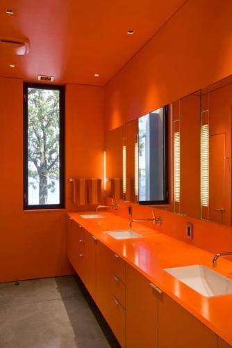 Baie in intregime decorata cu portocaliu