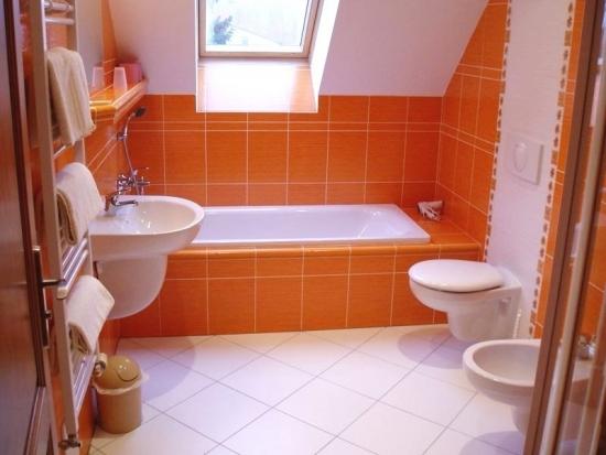 Idee pentru alegerea faiantei si gresiei pentru o baie la mansarda