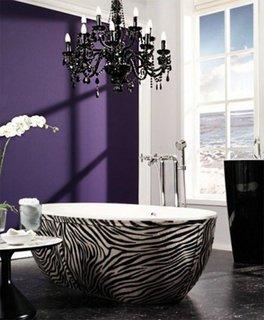 Baie eleganta cu perete mov si candelabru
