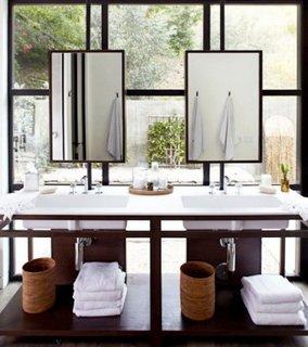 Perete din sticla in baie si rame negre de oglinzi