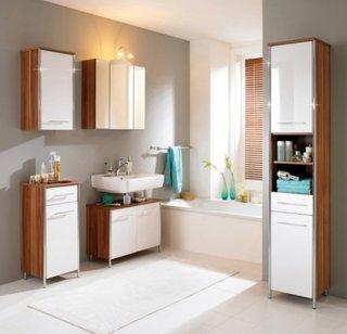 Baie cu mobilier din lemn in doua culori