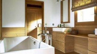 Baie cu mobilier din lemn natural