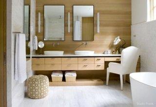 Baie cu mobilier si perete din lemn