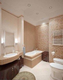 Perete din baie placata cu mozaic perlat