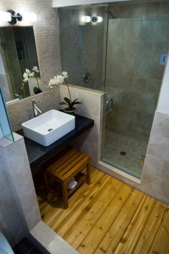 Idee de amenajare baie ingusta cu pardoseala din lemn