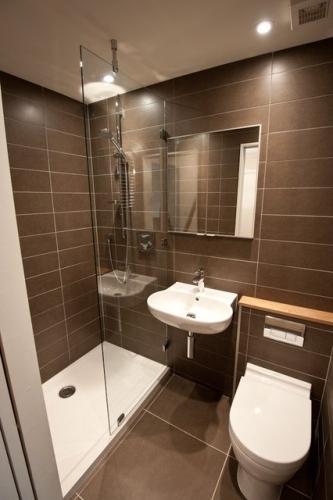 Idee de amenajare pentru o baie ingusta si lunga