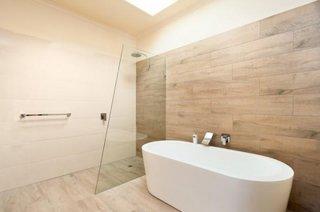 Baie minimalista cu perete placat cu lemn