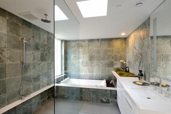 Baie minimalista cu peretii placati cu piatra de granit
