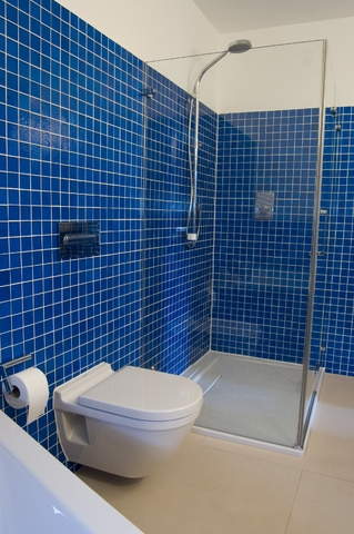 Amenajare interioara baie albastra moderna cu mozaic