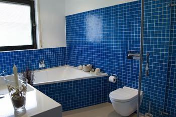 Baie albastra moderna cu cada placata cu mozaic