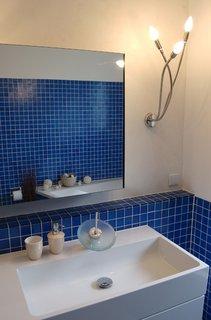 Baie albastra moderna cu mobilier alb