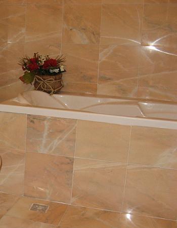 Cada de baie placata cu marmura rosie
