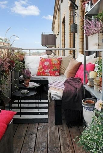 Amenajare balcon deschis cu etajere pentru plante si mirodenii