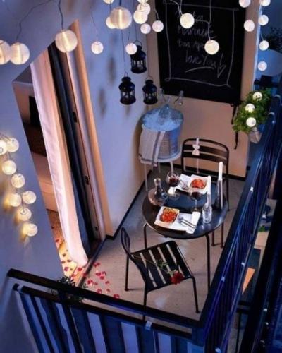 Balcon impodobit cu ghirlande luminoase
