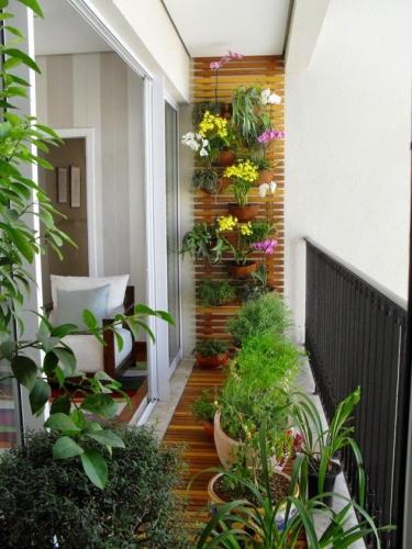 Balcon ingust placat cu lemn