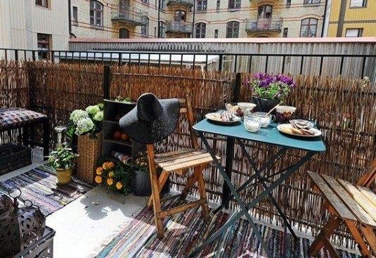Loc pentru servit cafeaua amenajat pe balcon deschis