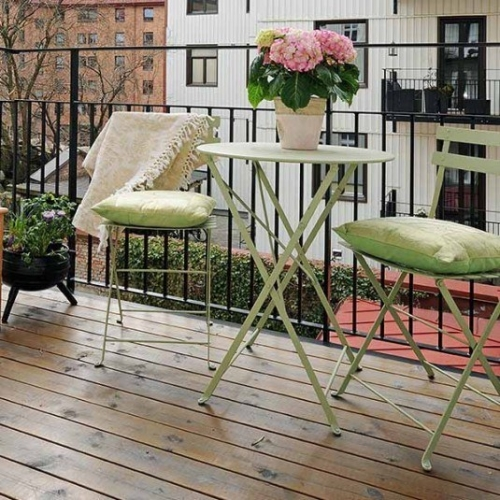 Mobilier de gradina din fier vopsit decorat cu pernute
