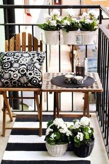 Balcon cu balustrada de fier forjat amenajat cu loc de sedere