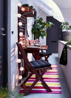 Balcon ingust cu masa si 2 scaune din lemn de nuc