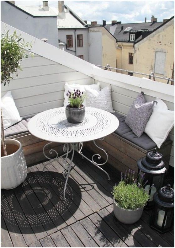 Balcon mic cu masa din fier rotunda