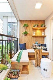 Balcon mobilat cu bancuta pe colt din lemn