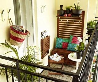 Masa plianta suspendata pe perete din balcon