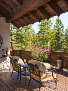 Terasa rustica acoperita mobilier de lemn si fier