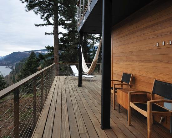 Terasa rustica simpla de lemn cu hamac