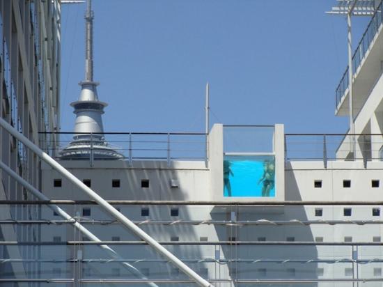 Balcon de hotel transformat in piscina