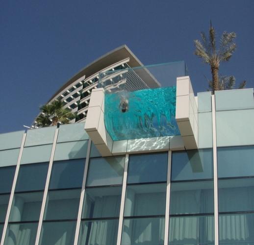 Piscina iesita in consola pe acoperisul hotelului
