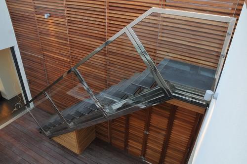 Cadru si balustrada de inox si pereti de sticla pentru scara de interior